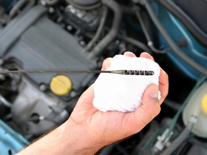 revisar el aceite de tu coche de forma continua